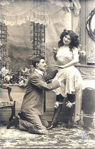 девушка сует ножку стула