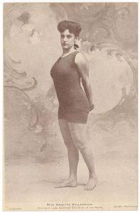 Аннет Келлерманн (Annette Kellerman) (1887-1975) - австралийская профессиональная пловчиха, звезда водевиля, киноактриса и писатель.