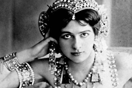 Мата Хари (Mata Hari) (1876-1917) - исполнительница экзотических танцев и куртизанка, подданная Нидерландов. Во время Первой мировой войны была расстреляна по приговору французского суда за шпионаж в пользу Германии.